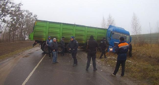 На полтавській трасі вантажівка із причепом перекрила рух транспорту