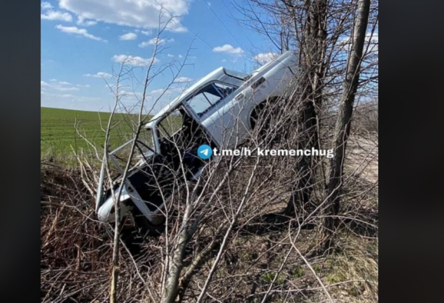 У Кременчуці на дереві завис автомобіль.
