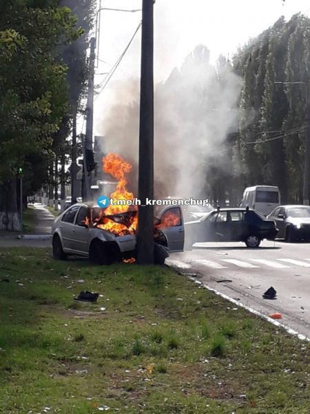 Страшна аварія на Молодіжному: машинаврізалася у стовп і загорілась