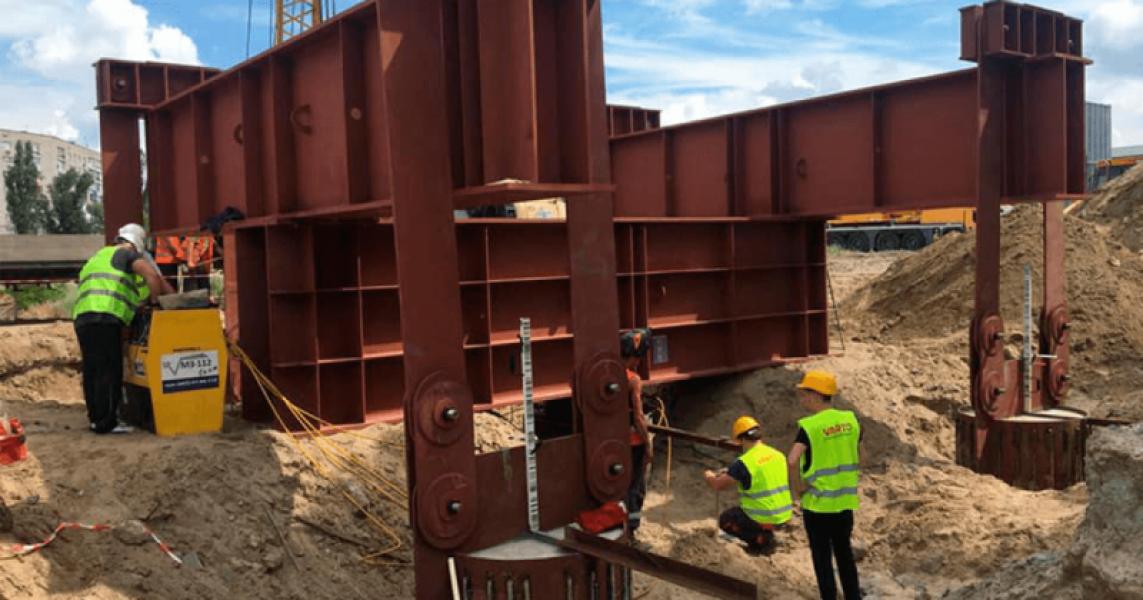 Як просувається будівництво нового мосту у Кременчуці: скільки працює працівників і техніки, чи змонтовано мобільне містечко і з чим пливуть баржі