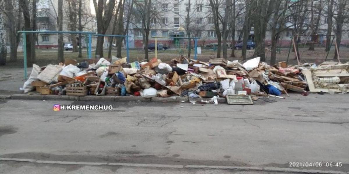 На Владимира Великого 26, ОСББ две недели назад сказали жильцам дома повыносить хлам с подвала, так как ждали проверку пожарной инспекции.
