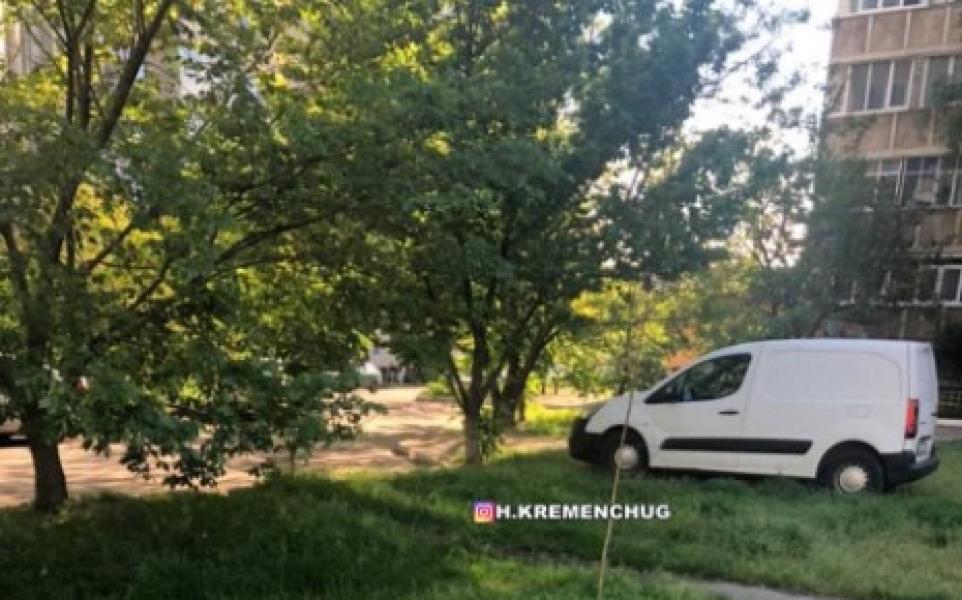 На газоні у Кременчуці припаркували автівку