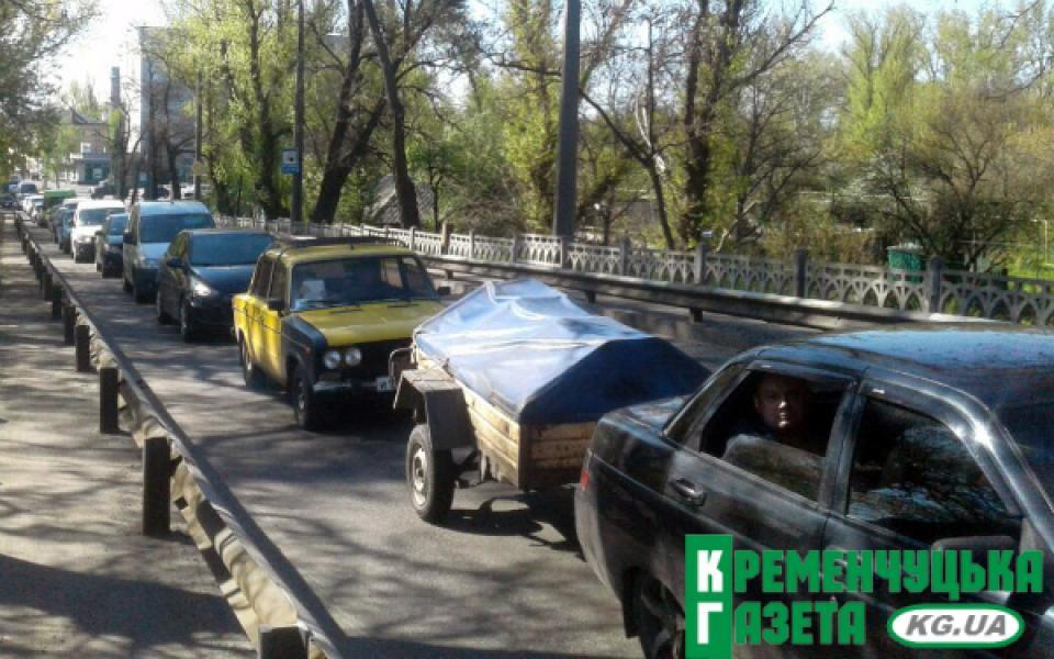 Движение автомобилей с центра Кременчуга в Крюков парализовано коммунальщиками