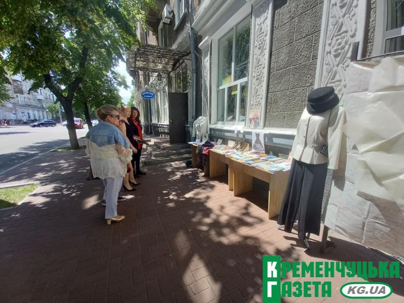 Згадка про Коко Шанель на головній вулиці Кременчука - бібліотекарі влаштували виставку-перфоманс